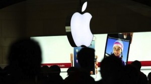 People-walk-through-the-Apple-retail-store-in-Grand-Central-Terminal-on-December-10-2012-in-New-York-City.-AFP