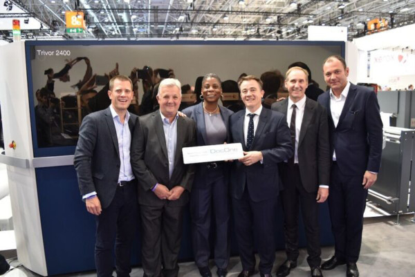 Ursula Burns, CEO of Xerox, closes the first sale of the new Xerox Trivor 2400 Inkjet Press with French co-enterprise, DocOne at drupa 2016. The new inkjet press, which provides flexibility and scalability to the continuous feed market, enables printers like DocOne to grow and update capacity with ease.