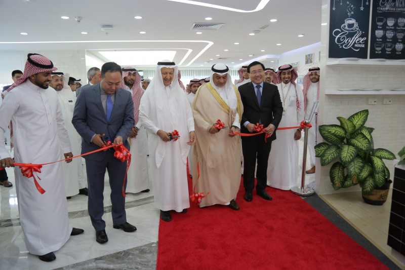 Representatives from Saudi Arabia's Ministry of Commerce and Investment and Huawei launch the centre
