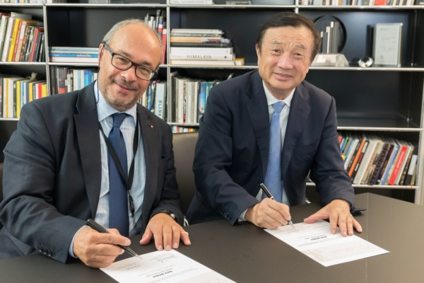 Ren Zhengfei, CEO of Huawei (right) and Dr. Andreas Kaufmann, majority shareholder and chairman of the advisory board of Leica Camera AG(left), signing the agreement